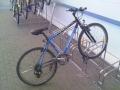 Velosipēda īpašnieks riskē, atgriežoties no veikala, velosipēda vietā atrast vien priekšējo riteni!