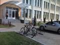 Mūkusalas ielā 41b, pie biroju kompleksa ieejas. Nedroši, jo pieslēdzams tikai statīvā iestiprinātais ritenis.