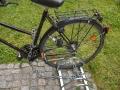 Nedrošs velostatīvs pie Rīgas Juridiskās augstskolas, pieslēgts izmantojot garu ķēdi, jo savādāk var pieslēgt tikai vienu riepu-nedroši!!!