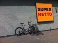 Pie Supernetto veikala Kalnciema ielā 41. Rāmi iespējams pieslēgt tikai izmantojot pagaru slēdzenes ķēdi.