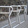 Vecrīgā pie Jēkaba kazarmām. Stabila konstrukcija astoņu velosipēdu rāmju pieslēgšanai.
