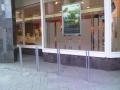 Pie Swedbank Vaļņu un Kaļķu ielu krustojumā. Droša konstrukcija.