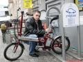 Global-U statīvs ar elektroakumulatoru uzlādes punktu Merķeļa ielā 3