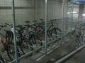 Slēgta novietne darbinieku velosipēdiem un augstā tipa velostatīvi apmeklētājiem pie Nordea Bank Finland Plc Latvijas filiāles Kr.Valdemāra ielā 62